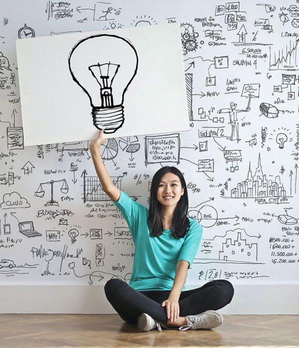 mujer sentada sugiriendo qque tiene una idea para diseño web